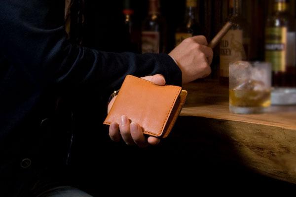 革の厚み「0.1ミリ」で違う!財布のシビアな世界。財布の厚みや軽さはココで差が出る!