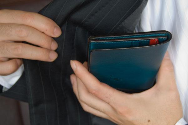財布の革は「やわらかい派」vs「硬い派」どちらがいい革?
