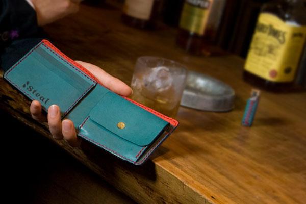 二つ折り財布はカジュアルで遊びが効いたものが人気!