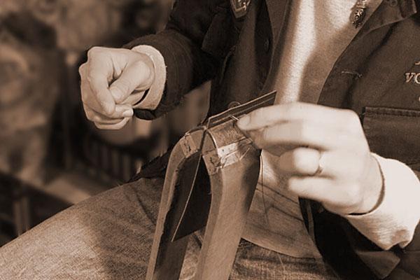 熟練の職人に聞いた!手縫いの名刺入れを選ぶ利点とは?エルメスが伝承する手縫いの手法から学ぶ技