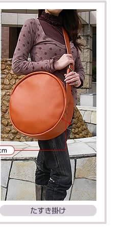 革バッグDrumBag30をたすき掛けした写真