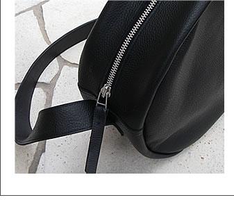 この革バッグには、小さいジッパーよりも大きくて存在感があるジッパーにして目立たせたかったとの事。ちなみにこのジッパーは別注品。