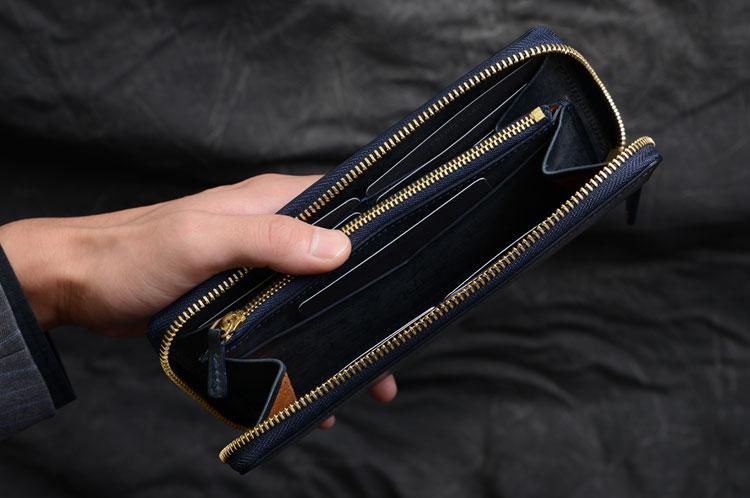 メンズラウンド長財布 片手で持った様子