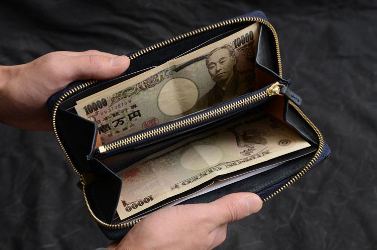 メンズラウンド長財布 お札を入れた様子