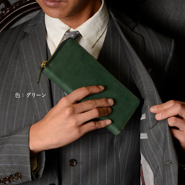 ラウンド長財布ブルーを持っている様子