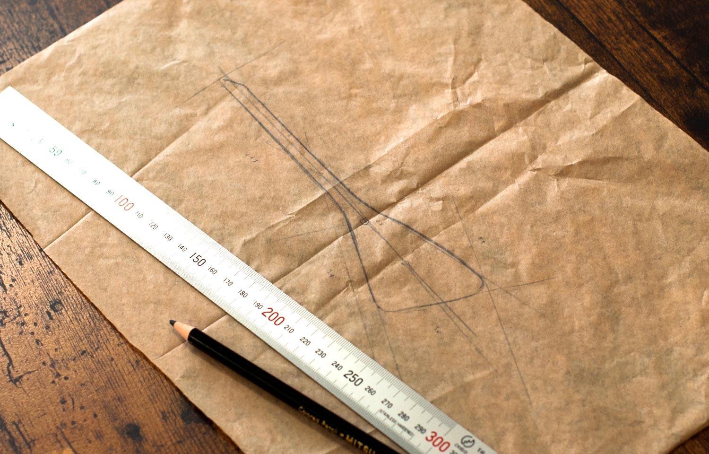キーホルダーの形を書き上げた手書きのデザイン画の写真