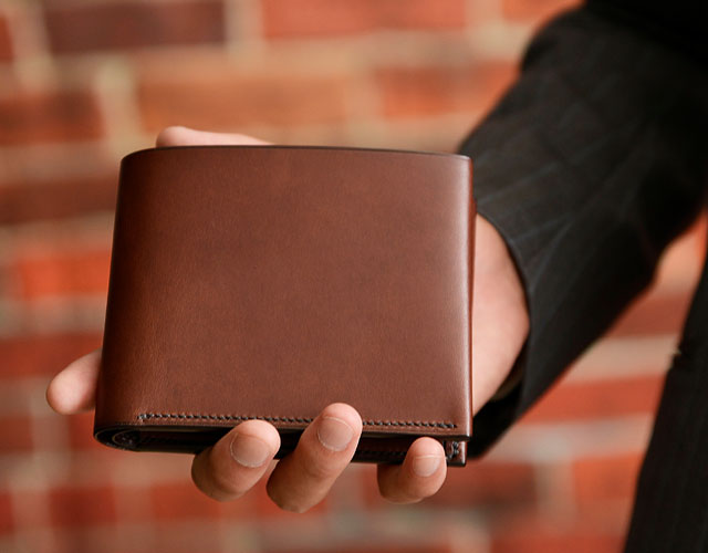 二つ折り財布を持っている様子